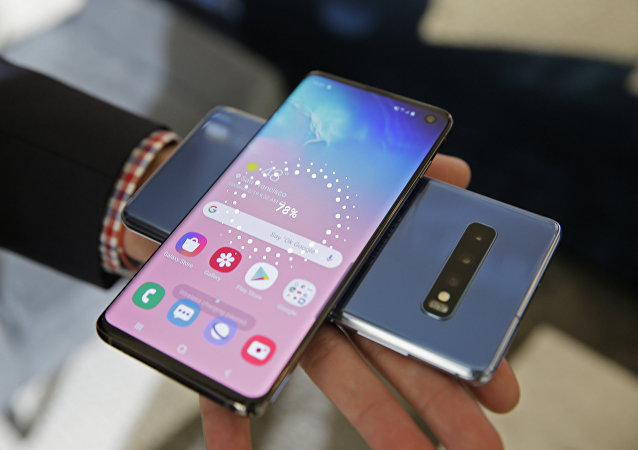 In this Tuesday, Feb. 19, 2019, photo the wireless power charging feature for the new Samsung Galaxy S10 smartphones is demonstrated during a product preview in San Francisco.