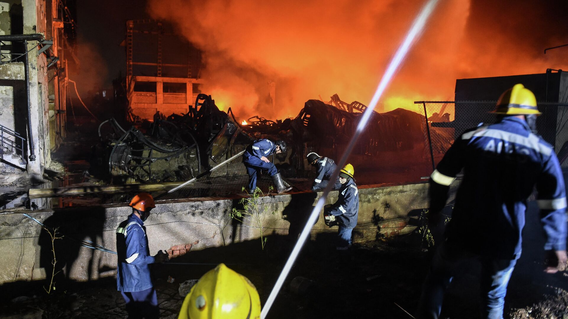 Ahmedabad Fire and Emergency Services personnel work to extinguish a fire in a chemical factory at Vatva GIDC near Ahmedabad on December 9, 2020. (Photo by SAM PANTHAKY / AFP) - Sputnik Ελλάδα, 1920, 07.06.2021