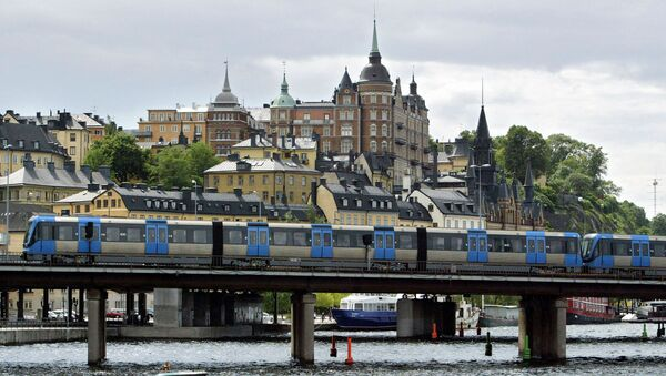 A T-bana (Metro) train passes on a bridge in front of the Sodermalm area of Stockholm - Sputnik Ελλάδα