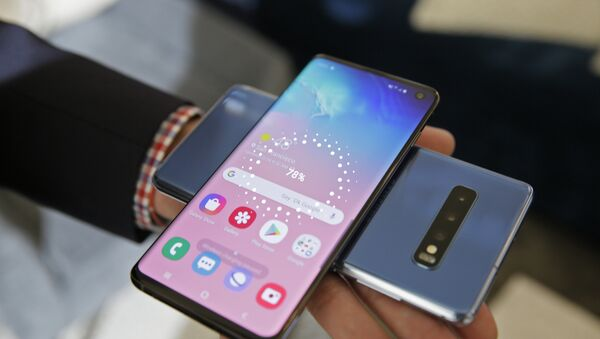 In this Tuesday, Feb. 19, 2019, photo the wireless power charging feature for the new Samsung Galaxy S10 smartphones is demonstrated during a product preview in San Francisco. - Sputnik Ελλάδα