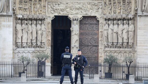 French police officers stand outside Notre-Dame-de Paris on April 16, 2019 in Paris in the aftermath of a fire that devastated the cathedral - Sputnik Ελλάδα